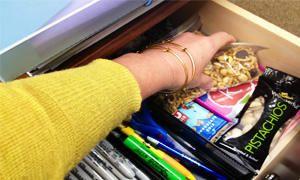 non mettere cibo nei cassetti della scrivania-300x180
