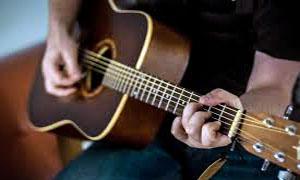 persona-che-suona-chitarra-300x180