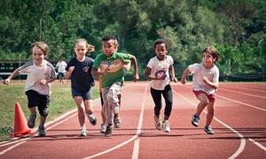 2-bambini-che-corrono-sport