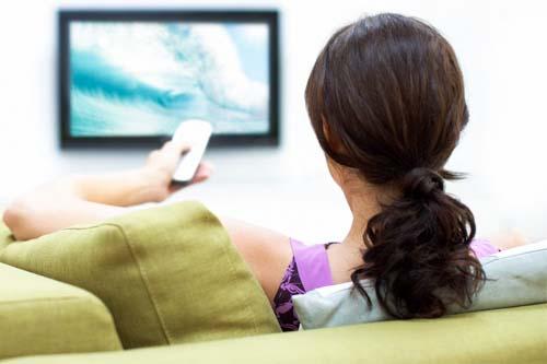 persona guarda tv