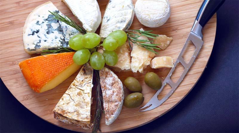 persone mangiano formaggi-6-800x400