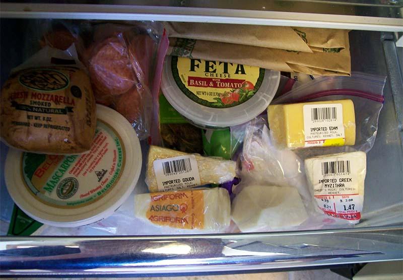 persone mangiano formaggi-7-800x400