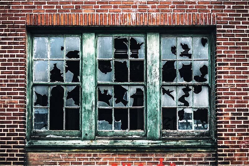 finestra con vetri rotti-9-800x400