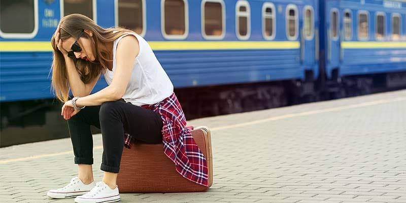 persona aspetta treno