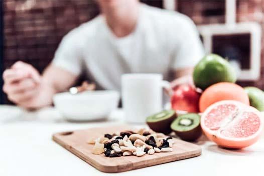 mangiare fruta e noci